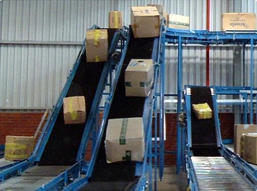 Băng tải vận chuyển hàng lên dốc