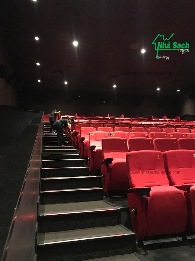 Vệ sinh sau rạp chiếu phim