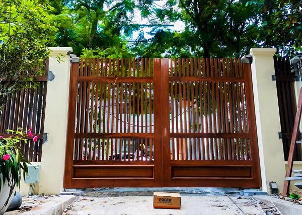 Cửa cổng tự động âm sàn bằng gỗ