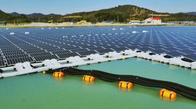 Điện mặt trời trên hồ nước