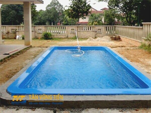 Hồ bơi composite xây dựng trong sân nhà