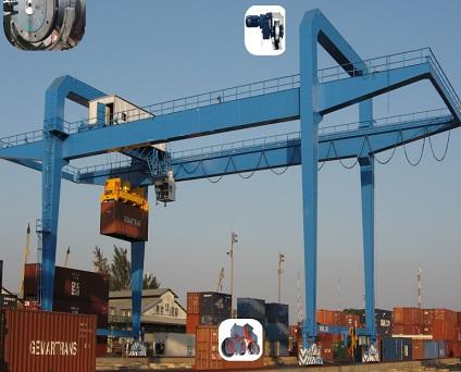 Cổng trục cảng bốc xếp container trong bãi