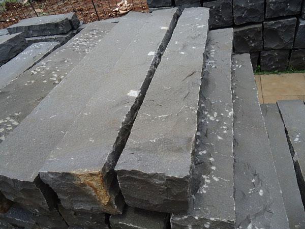 Đá basalt chẻ tay hàng rào