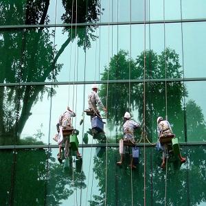 Dịch vụ vệ sinh kính toà nhà