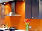 Kính sơn màu ốp tường bếp