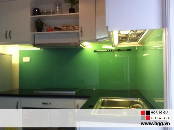 Thi công kính màu ốp bếp