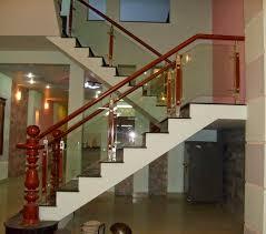Cầu thang kính cường lực tay gỗ