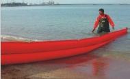 Phao quây dầu tràn trên bờ biển