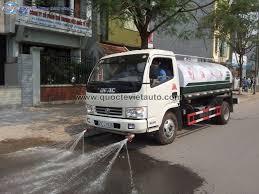 Phun nước tưới rửa đường