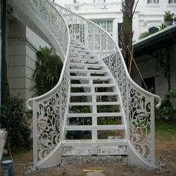 Thang thép sân vườn khách sạn